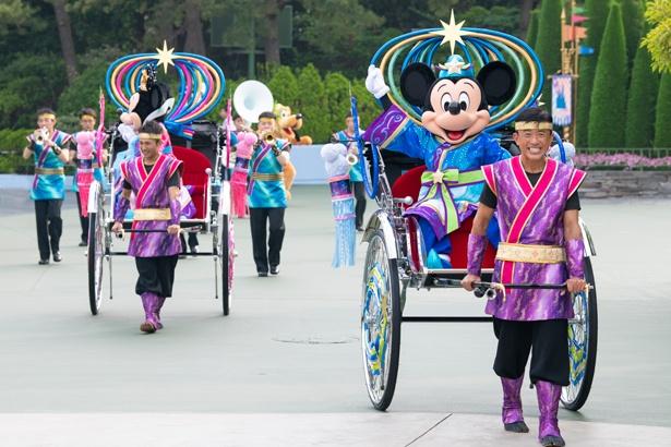 東京ディズニーランドで実施されている「七夕グリーティング」の様子。彦星と織姫に扮したミッキーマウス&ミニーマウスが、人力舎に乗ってゲストにご挨拶