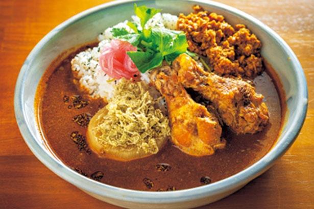 【写真を見る】とろりとキーマ(1050円)。ダシで煮込んだ大根と鶏肉が入った「とろり」とキーマカレーをあいがけに/和とcurryしらべ