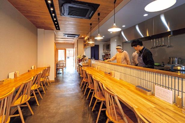 木の温かみが感じられる、シンプルでモダンな雰囲気の店内/和とcurryしらべ