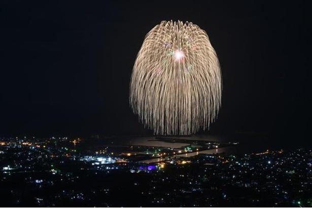 【写真を見る】第28回さつま黒潮「きばらん海」枕崎港まつり / 集中砲火のような迫力に圧倒される