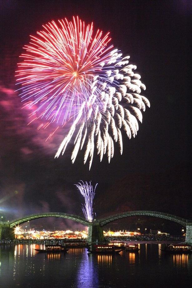 【写真を見る】第52回錦川水の祭典花火大会 / 日本三名橋の一つである錦帯橋をバックに花開く6000発