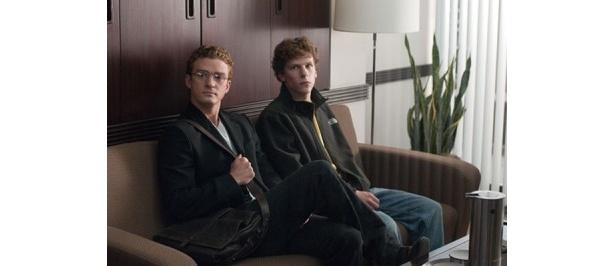 友人のエドゥアルドと2人で作り上げてきた「Facebook」だったが、「ナップスター」の創業者、ショーン・パーカー(左)と出会ったことが2人の歯車を狂わせていく