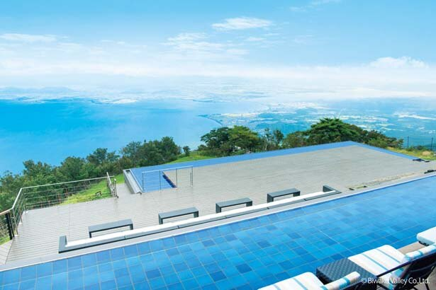びわ湖テラスThe Mainでは、雄大な琵琶湖をはじめ、対岸の伊吹山地などの絶景を心行くまで楽しめる/びわ湖バレイ