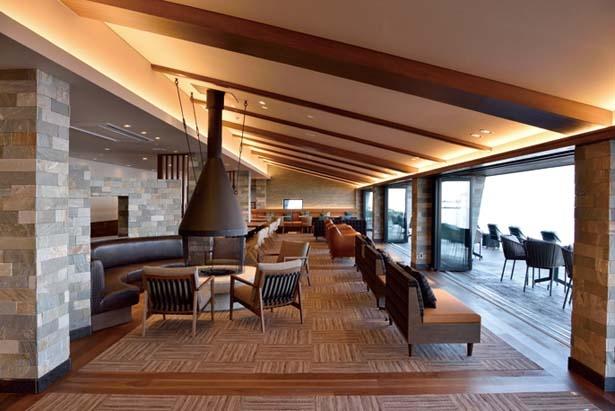【写真を見る】びわ湖テラスThe Mainにある落ち着いた雰囲気の天空のカフェ/びわ湖バレイ