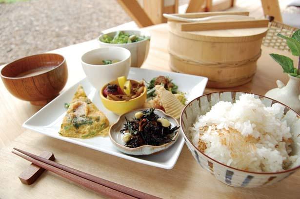 かまどで炊いたご飯、季節のおかずなどが付くかまどご飯セット(1512円)/ソラノネ食堂