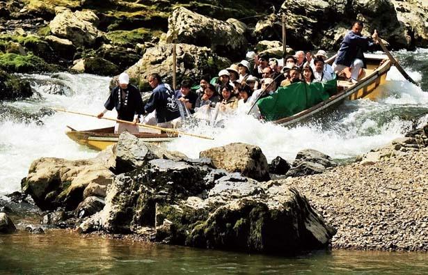 【写真を見る】荒々しい巨岩や奇岩を間近で見られるのも魅力の一つ/保津川下り