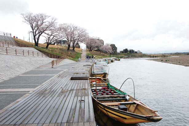 川下り乗船場はJR亀岡駅から徒歩8分。下船場は渡月橋の目の前/保津川下り
