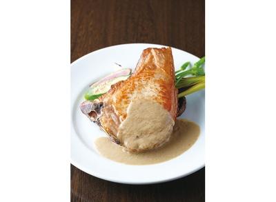 【写真を見る】ボリュームたっぷり!「ルボル特選 渥美産 保美豚骨付きロースのかたまり焼き」は、ディナーコース(3888円)のメイン料理 / Bistro Le Bol
