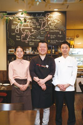 現在は、オーナーの伊藤章浩さん(中央)、諭美夫人(左)、豊田シェフ(右)の3人で営業中 / Bistro Le Bol