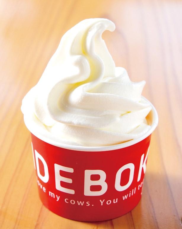 3種類の牛乳をブレンドして作られた「IDEBOKUソフト」(400円)