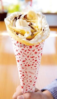 ジャージー牛乳の優しい甘味を含んだ生地が特徴のクレープ「ホイップクリーム チョコバナナ」(580円)
