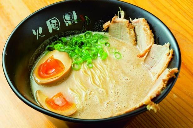 味玉チャーシュー(1050円)。スープは背脂少なめでまろやか/火風鼎 本店
