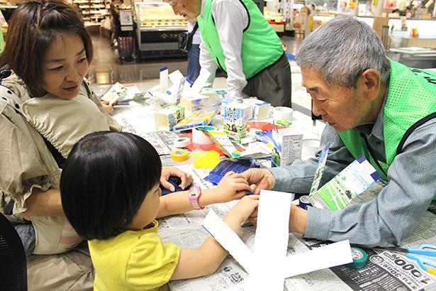 さかい環境学習クラブの「エコおもちゃを作る」。牛乳パックを再利用した風車作り