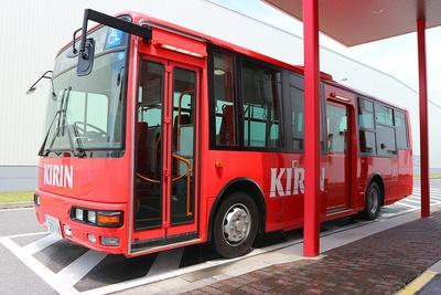 まずは赤いバスに乗車。工場入り口付近のゲストホールから工場内の施設へ移動/キリンビバレッジ滋賀工場