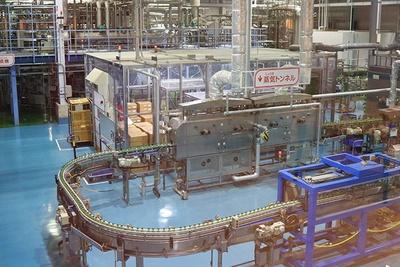 実際に働く人、様々な機械を見られるのも工場見学の醍醐味/キリンビバレッジ滋賀工場