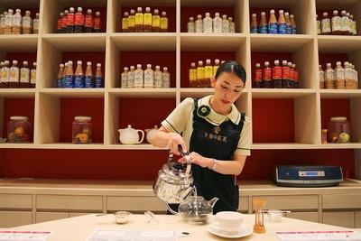 紅茶のプロが目の前で実践! 美味しい紅茶の淹れ方やテイスティングのコツが学べる/キリンビバレッジ滋賀工場
