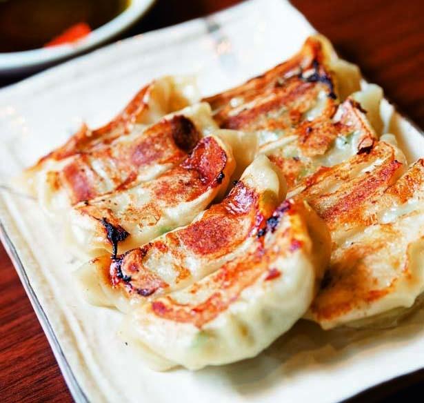 餃子10個(480円)。柔らかな皮でひと口サイズに仕上げられているため、食べやすさ抜群/テムジン うめきた店