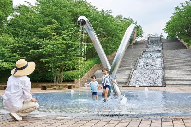 「アクアカルチャーゾーン」のメインゲート前にある「ふれあい噴水」 / あまぎ水の文化村