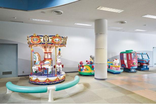 更衣室、休憩所などがある「せせらぎ館」の地下には遊具もある / あまぎ水の文化村