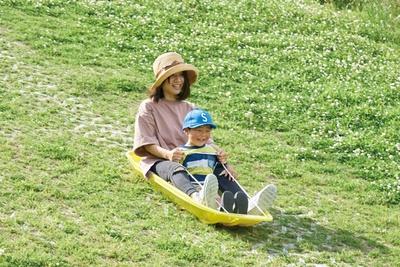 草スキーは通年利用OK。スキーの持込みは不可 / 干潟よか公園