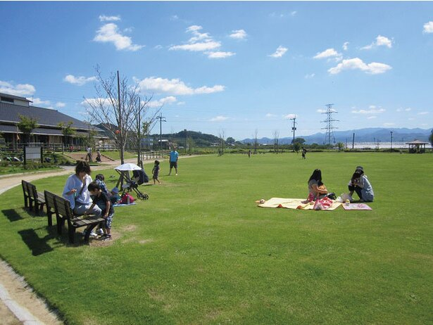 芝生広場は公園としての利用可能 / 三連水車の里 あさくら