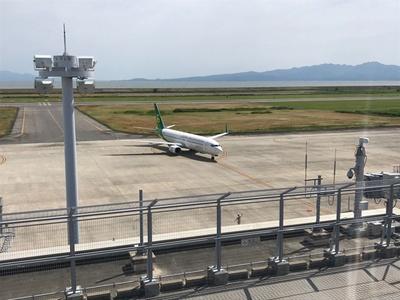 干潟を背に離着陸する飛行機を一望できる / 九州佐賀国際空港 展望室