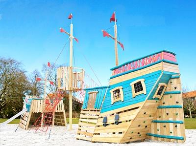 探検船をイメージした遊具のある巨大な砂場