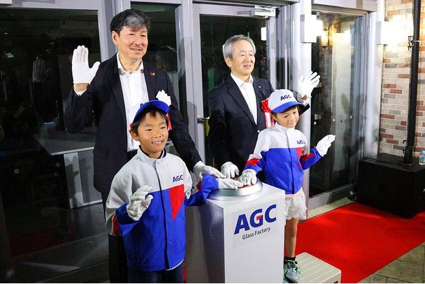 (右)AGC株式会社 宮地伸二代表取締役兼専務執行役員CFO (左)KCJ GROUP株式会社 圓谷道成代表取締役副社長