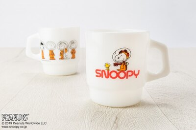 「Fire-King スタッキングマグ Peanuts ミルクホワイト」(税抜3600円)。アストロノーツスヌーピーのほか、チャーリー・ブラウンやサリーたち仲間もアストロノーツに!