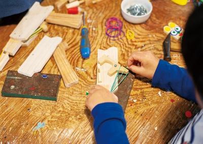 【写真を見る】木の玩具 おれんじ村 / 連発できる木のゴム銃を作って遊ぼう!