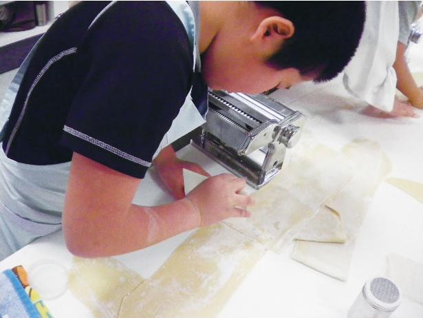チャイルドキッチン / パスタマシンを使って麺の切り出しをする。仕上げの盛り付けも自分で