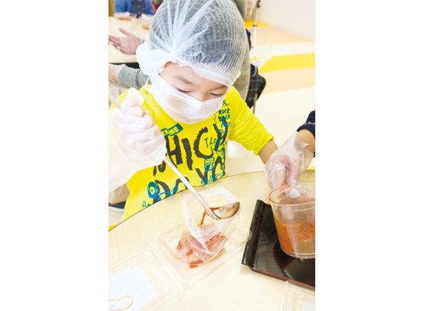 博多の食と文化の博物館  ハクハク / 袋に明太子と調味液、トウガラシを入れ漬け込む