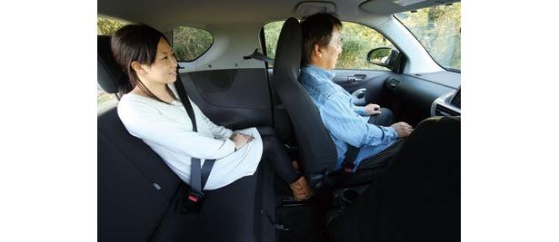 助手席がえぐれていて、170cmのライターが座っても後席は普通に使える。ただ、後席大人2人がけは厳しい