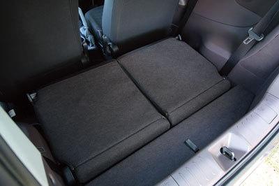 ヘッドレストは背もたれと座面の間に収納でき、フラットな荷室が作れる