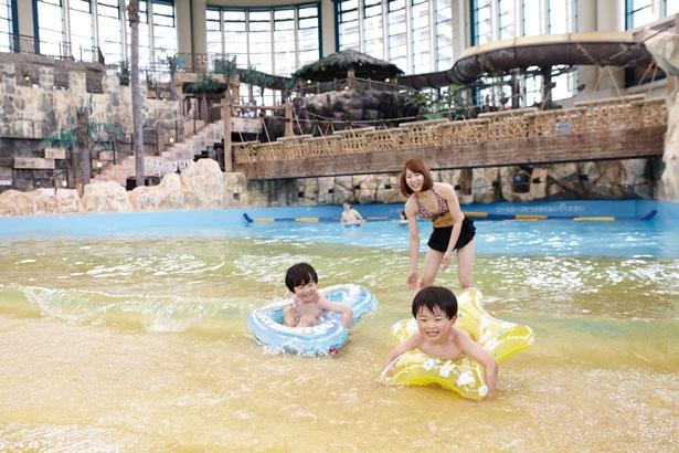 「造波プール」では、打ち寄せる波に子供たちも大興奮。深い所は1mあるので注意を/鶴見緑地プール