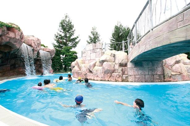 屋内と屋外をつなぐ「流れるプール」でゆったり/鶴見緑地プール