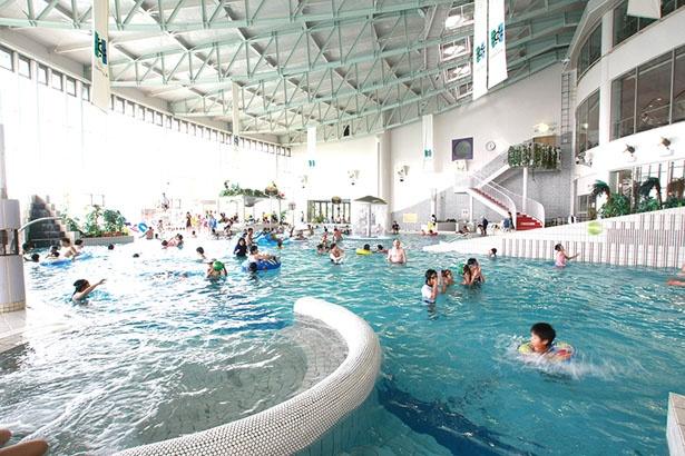 スライダーや噴水、ジャグジーを備えた「屋内プール」。全天候型なので、雨や陽射しの心配無用/リゾ鳴尾浜