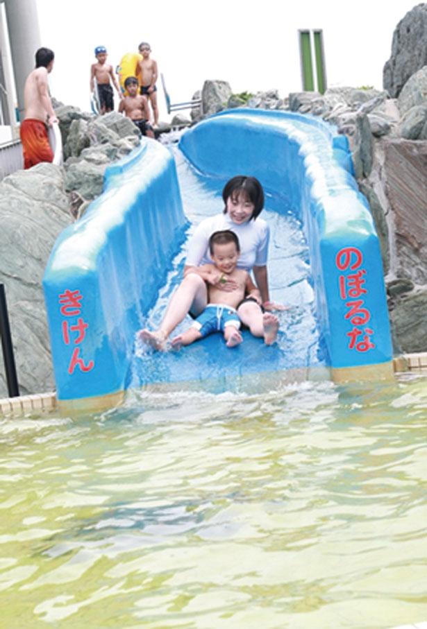 幼児もOKの「あおぞらスライダー」。専用浮き輪の無料貸出もあり/リゾ鳴尾浜