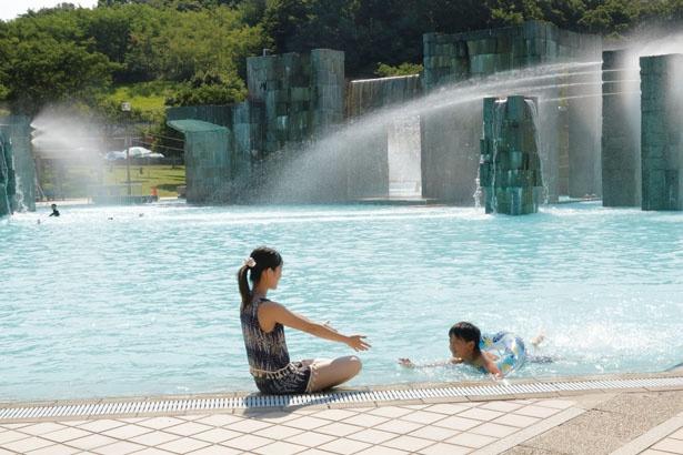 噴水を備えた「遊泳プール」。一番深い所は1.2mあるので浮き輪を忘れずに!/京都府立 山城運動総合公園 太陽が丘ファミリープール