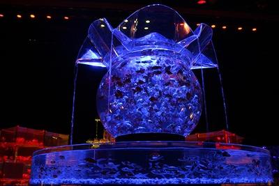 約1000匹の金魚が泳ぐ巨大水槽「花魁」