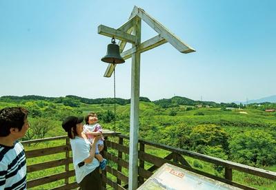 三瀬ルベール牧場 どんぐり村 / 展望台にある鐘を鳴らして動物たちにご挨拶。紐がのびキッズも手が届く