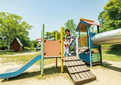 三瀬ルベール牧場 どんぐり村 / 緩やかかつ、高さの低い滑り台で、小さな子供も遊びやすい