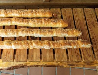 三瀬ルベール牧場 どんぐり村 / 「ロングウインナーパン」(960円)。フランスのゲランド産の塩がアクセント