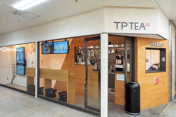 木目のアクセントが生きたシンプルな店。阪急梅田駅の茶屋町口からすぐ/TP TEA 阪急三番街店