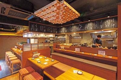 天井の木の升で作った照明が目をひく。料理を早く提供できるよう、カウンター席中心のレイアウトに。テーブルも2人席から用意/じげん
