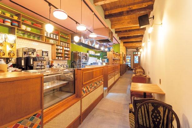 店はノスタルジックな内装。2階もあり、移転前の約2倍の50席に。金曜~月曜は、「Cafe Tokiona」が営業する/ニッポンカリー オルタナ。