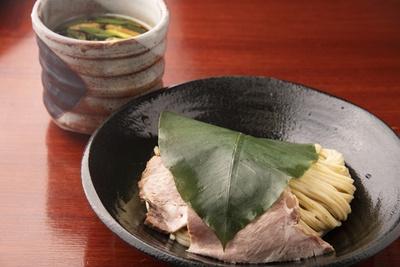 【写真を見る】「葉、薫るつけ麺 しいたけ出汁」(900円)。生の朴葉のさわやかな香りが麺とチャーシューに移り、風味が増す