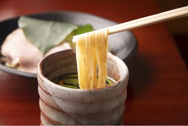スープはサラリとしているが、シイタケペーストなどの油分もあり、麺によく絡む。麺はなめらかな舌触りでつるつると喉を通る