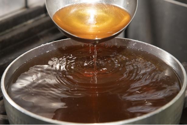 大量の干しシイタケと北海道の利尻昆布のみでダシを取ったスープ。旨味成分がたっぷりで雑味や苦味などは一切ない