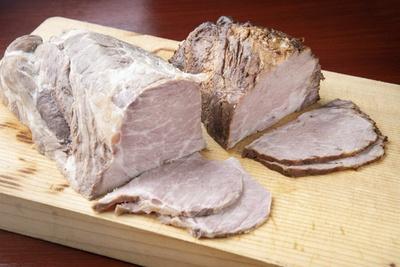 チャーシューは国産の豚肩ロースを低温調理。塩ダレ(左)と醤油ダレ(右)と味付けを変え、メニューによって使い分けている